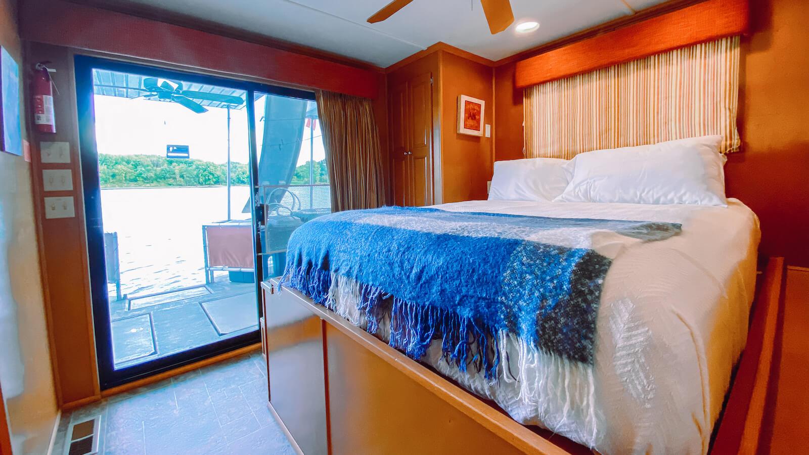 Bedroom in the S&S Rentals Monticello Houseboat