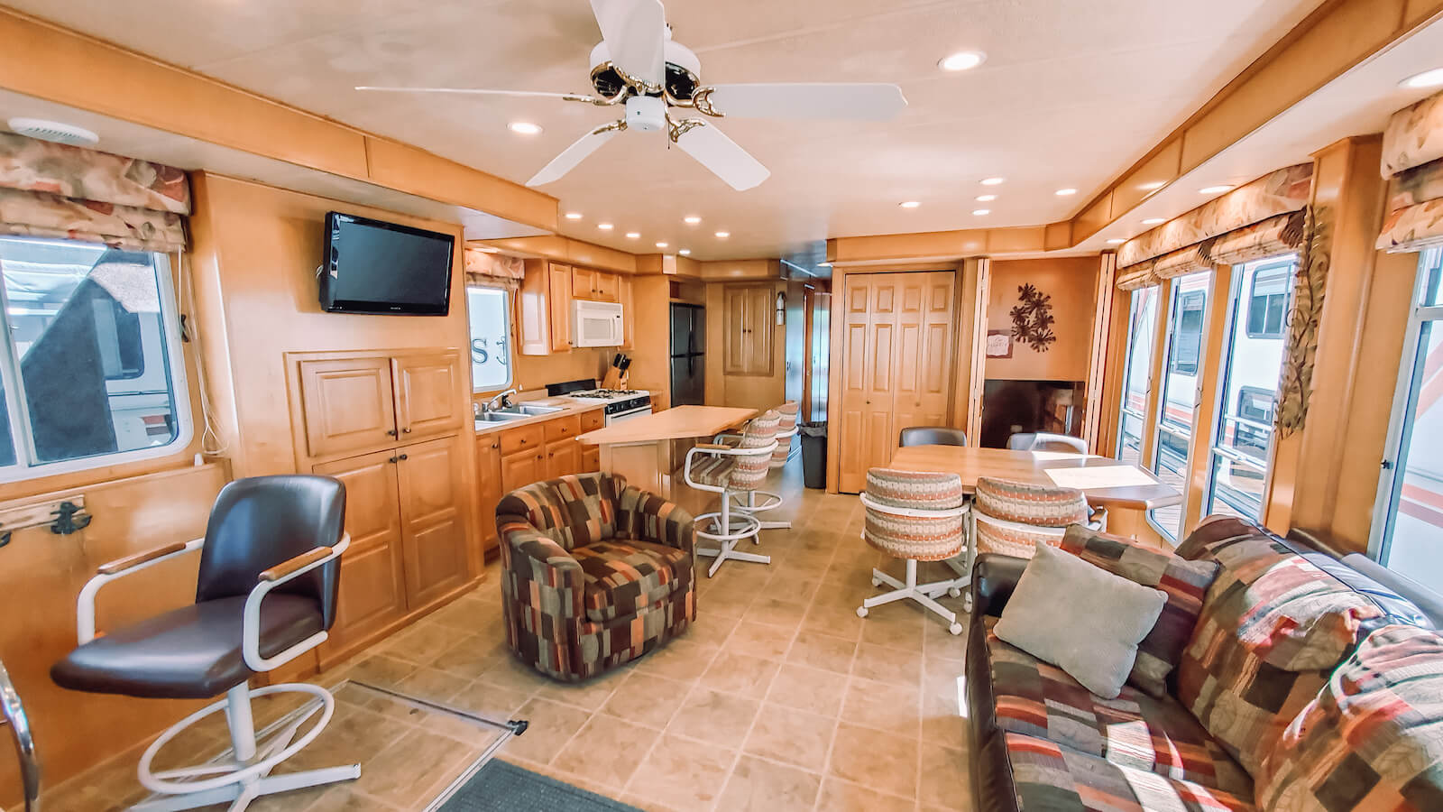 Living Room in the S&S Rentals Party Top Sharpe Houseboat