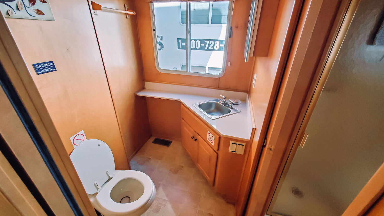 Bathroom in the S&S Rentals Party Top Sharpe Houseboat