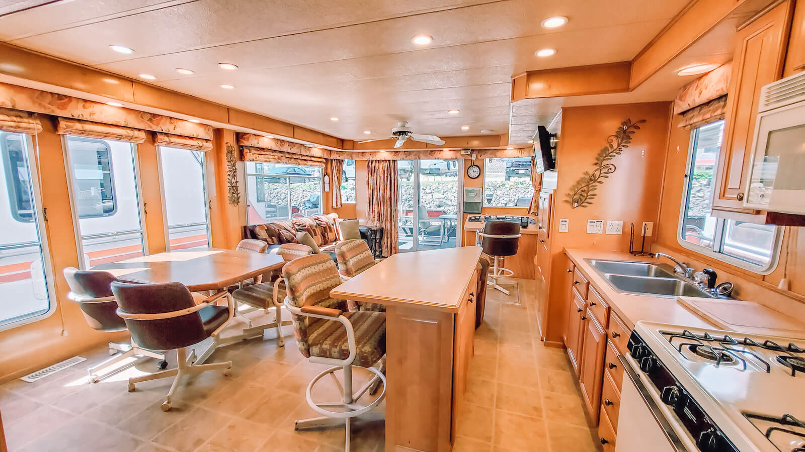Living room and kitchen in the S&S Rentals Party Top Sharpe Houseboat