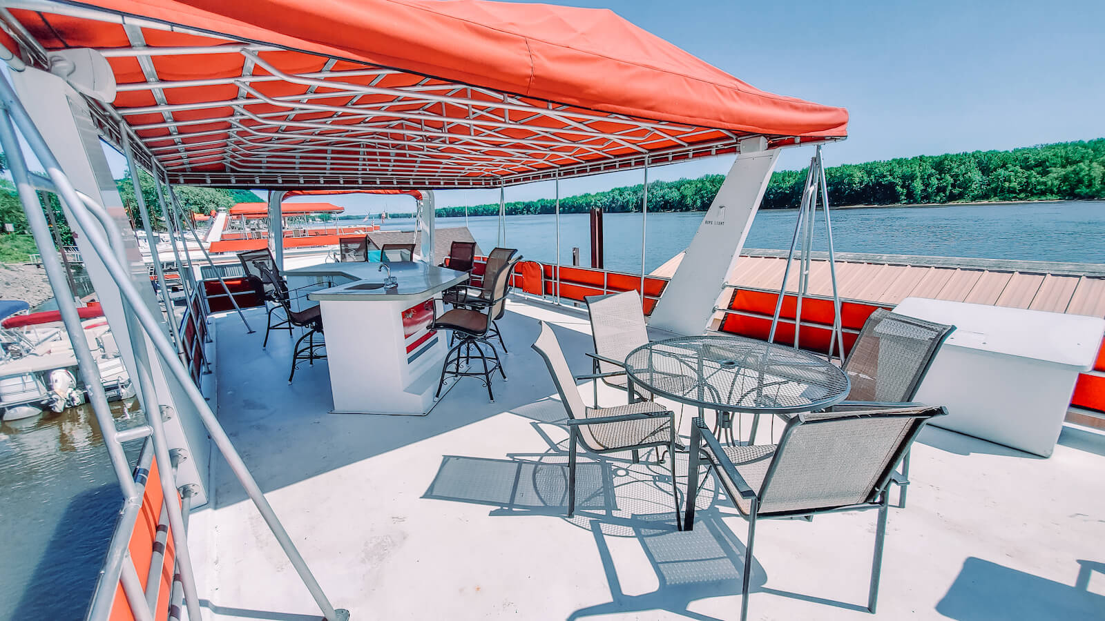 Deck on the S&S Rentals Riverview 62' houseboat