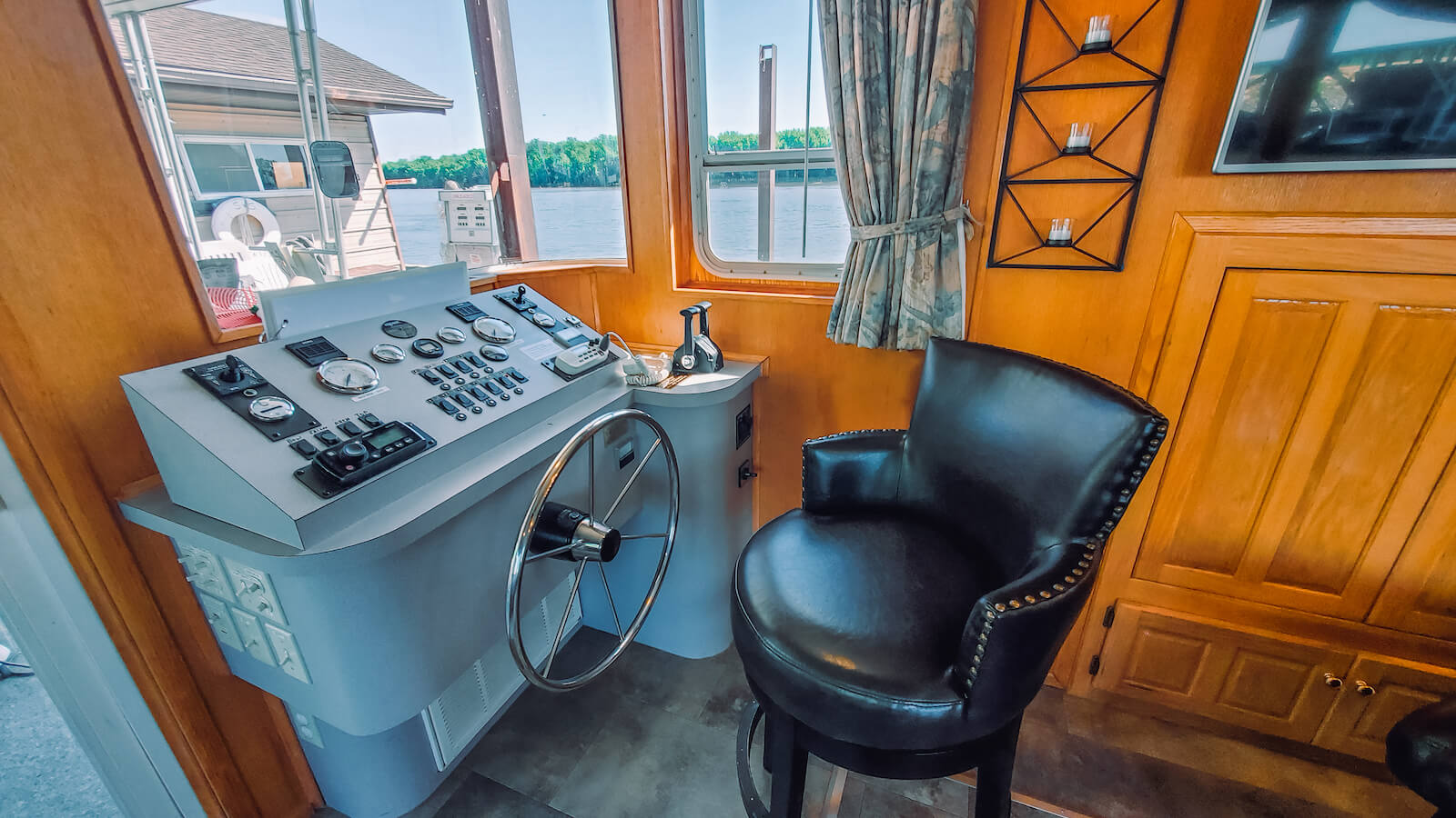 Steering wheel in the S&S Rentals Riverview 62' houseboat