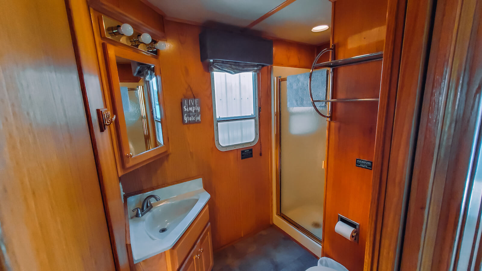 Bathroom in the S&S Rentals Riverview 62' houseboat