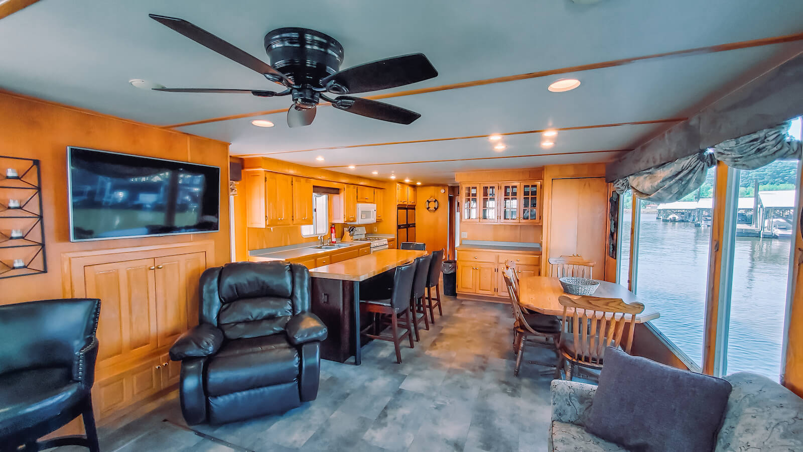 Living room in the S&S Rentals Riverview 62' houseboat