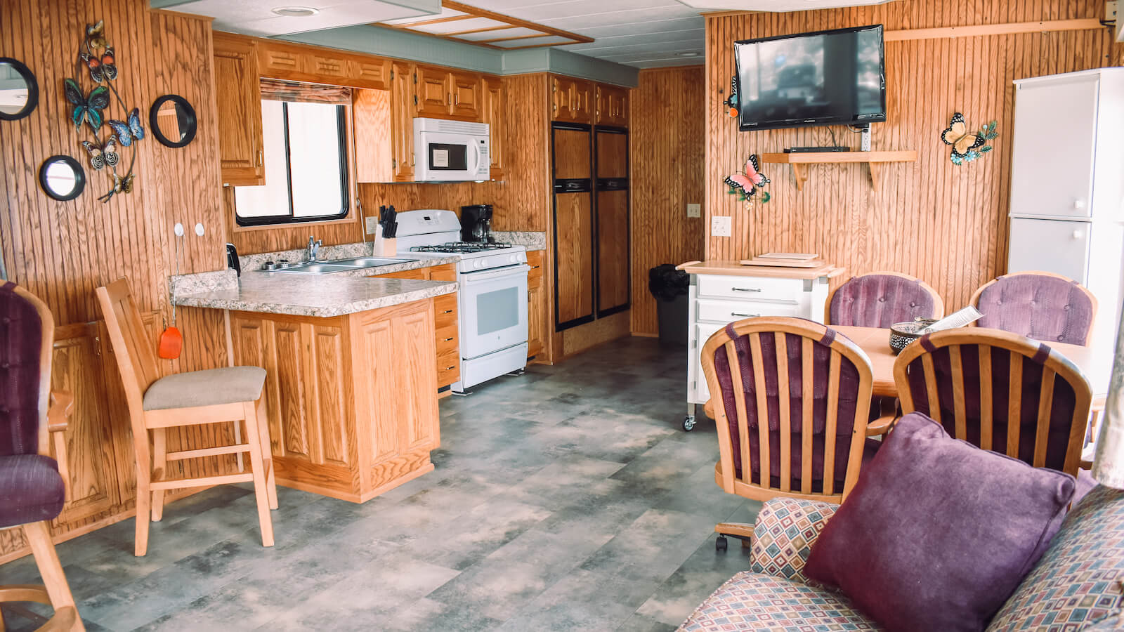 Living room in the S&S Rentals Riverview 58' Houseboat