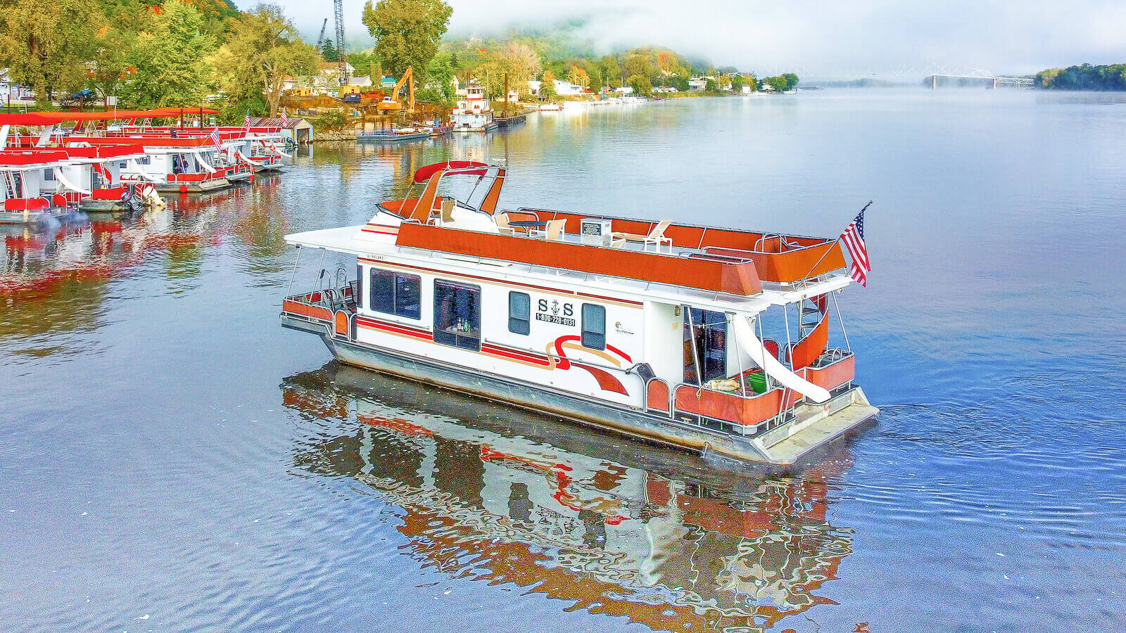S&S Rentals Sunstar Houseboat in the Mississippi River
